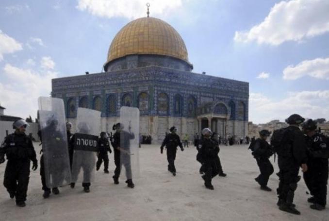 İşgal kuvvetleri El Aksa Camii içindeki namaz kilan gence saldırdı