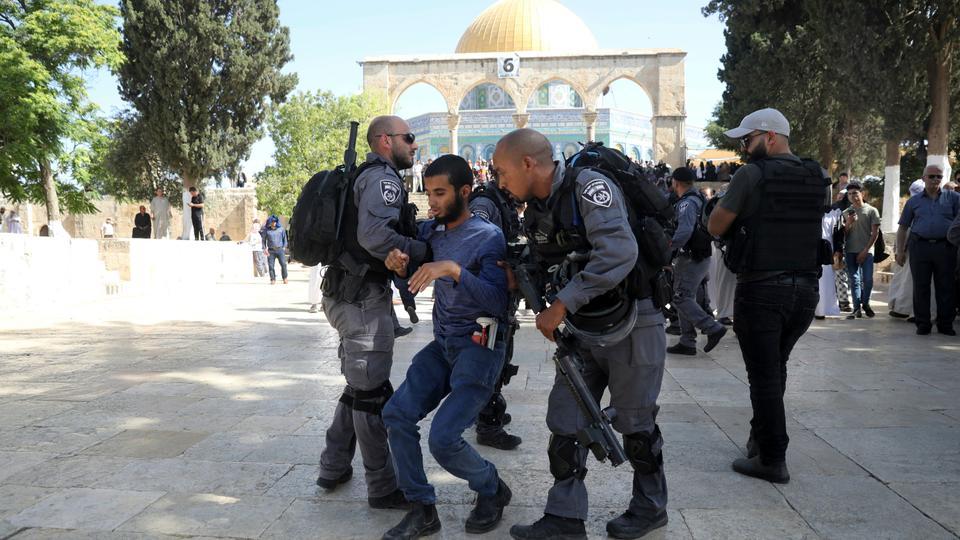 İşgal kuvvetleri El Aksa Camii içindeki namaz kilan gence saldırdı - part2